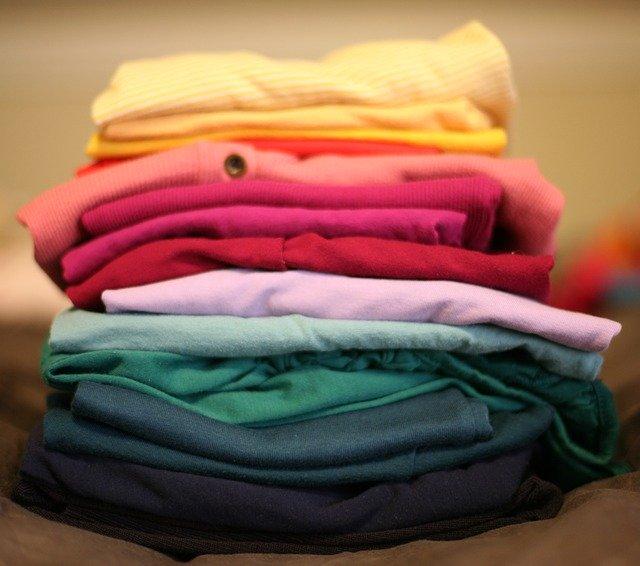 roupas dobradas e empilhadas