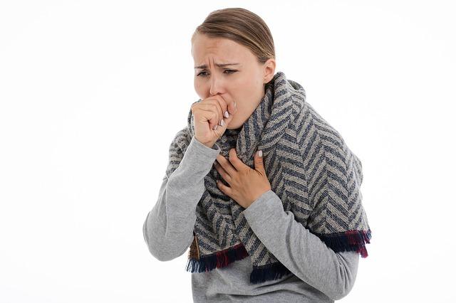 mulher com a mao na boca tosse