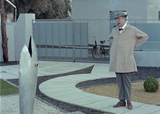 Monsieur Hulot (Jacques Tati) en un jardín de arquitectura googie en Mi tío (Mon Oncle)