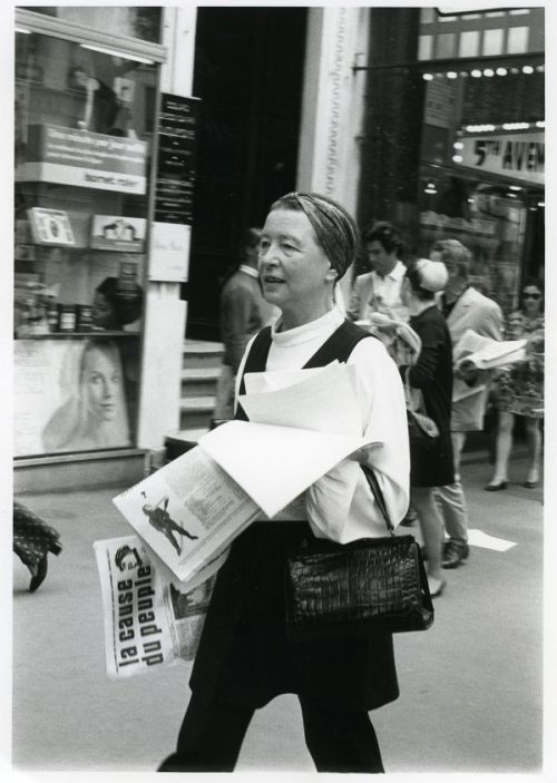 Simone de Beauvoir vend le journal révolutionnaire La cause du peuple dans les rues de Paris. Octobre, 1970. Photo: Jacques Robert.