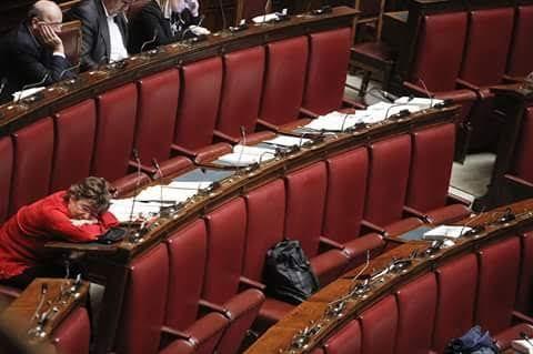 C'è chi dorme nei cartoni, sotto i ponti o, in auto di fortuna e, c'è chi dorme su quello scranno che, d'Italia è il gran danno. (Pasquale Daniele-pasdan)