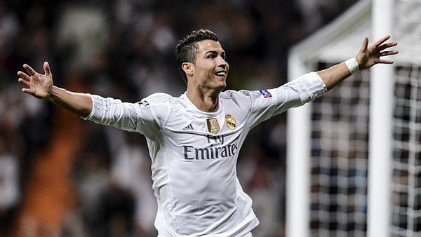 Real Madrid 4 - 0 Shakhtar Donetsk | September 15, 2015Real Madrid goleó 4-0 al Shaktar Donetsk en su primer partido por el Grupo A de la Champions League 2015-2016. Tres goles de Cristiano, dos de ellos de penalti, y uno de Benzema dieron los primeros tres puntos para el club blanco. Benzema 33'Ronaldo 55' 63' 81'Victoria pírrica del Madrid. Ganaron tres puntos pero perdieron bastante más.Tras Danilo y James, que cayeron con sus selecciones, el estreno de los blancos en la Champions dejó tres lesionados más: Bale, Varane y Ramos. De los tres contratiempos, el más grave parece el del galés. Que, además, estaba encontrando su lugar en el mundo de Benítez.- Ficha técnica:4 - Real Madrid: Keylor Navas; Carvajal, Varane (Pepe, min. 46), Ramos (Nacho, min. 59), Marcelo; Modric, Kroos; Isco, Bale (Kovacic, min. 31), Cristiano Ronaldo; y Benzema.0 - Shakhtar Donetsk: Pyatov; Srna, Kucher, Rakitskiy, Azevedo; Fred, Stepanenko; Marlos (Kovalenco, min. 75), Alex Texeira, Taison (Malyshev, min. 67); y Gladkiy (Bernard, min. 82).Goles: 1-0, min. 29: Benzema; 2-0, min. 55: Cristiano, de penalti; 3-0, min. 63: Cristiano, de penalti; 4-0, min. 82: Cristiano Ronaldo.Árbitro: Ivan Bebek (CRO). Amonestó a Kucher, Srna y Malyshev. Expulsó a Stepanenko por doble amonestación (min. 32 y 52).Incidencias: Partido correspondiente a la primera jornada del Grupo A de la Liga de Campeones disputado en el estadio Santiago Bernabéu ante 66.389 espectadores. Presenció el partido desde el palco el rey Juan Carlos I. El Real Madrid suma su tercera victoria consecutiva, con un balance de 15 goles a favor y ninguno en contra.Esos detalles marcaron el paso del Real Madrid en su primer partido en la Liga de Campeones 2015-16. No hubo apenas fútbol en una semana en la que la tranquilidad se instaló en el club después de los últimos dos encuentros de Liga que ganó (5-0 al Betis y 0-6 al Espanyol). Éstos fueron balsámicos para los hombres de Rafael Benítez, que, como casi siempre, viven rodeados de debat
