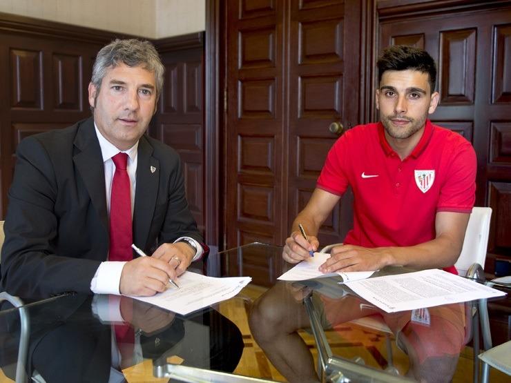 El jugador Eneko Bóveda ha firmado su compromiso con el Athletic Club hasta el 30 de junio de 2018 con una cláusula de rescisión de 30 millones de euros.