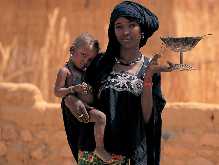 afrikanattire:  Toubou mother, Niger The way she's holding that basket :>