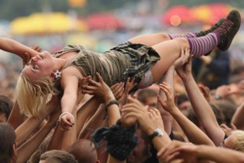 """""""… quando arrivammo a Woodstock eravamo circa mezzo milione e dovunque c'erano canzoni e feste e sognavo di vedere i bombardieri sganciare bombe nel cielo che si trasformavano in farfalle sopra la nostra nazione…"""" da """"Woodstock"""" di Joni Mitchell"""