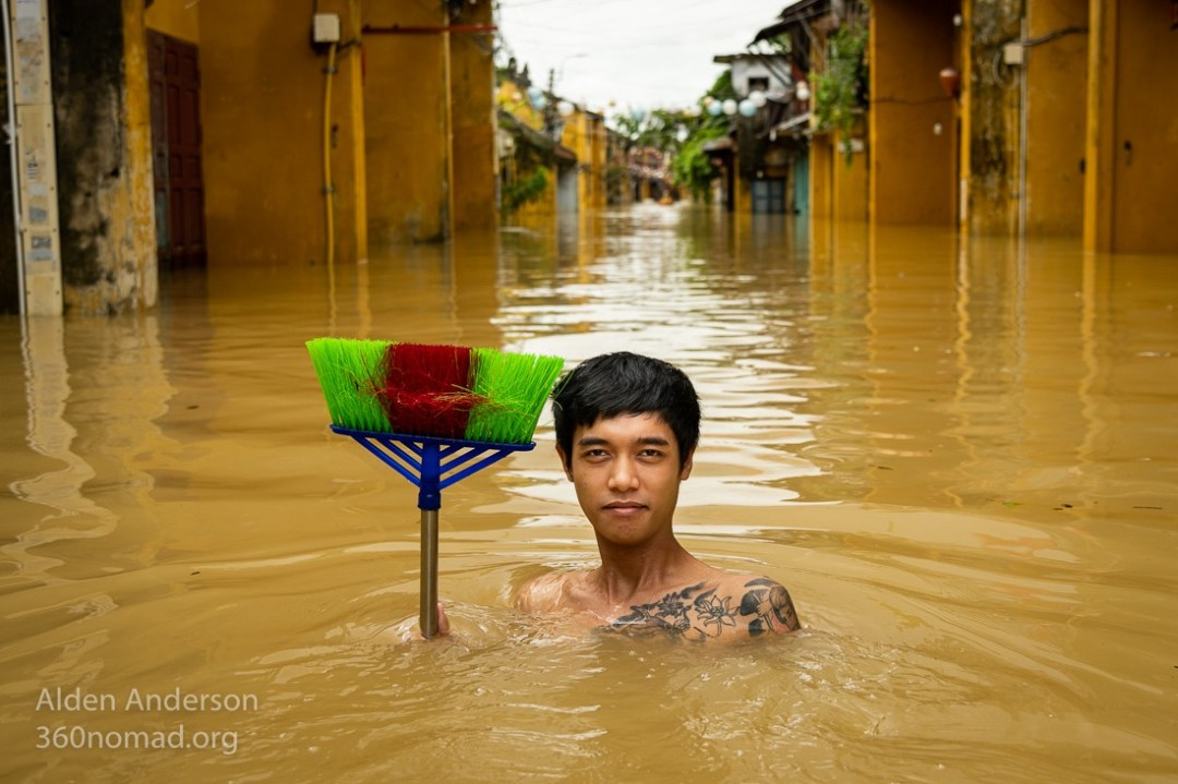 Bình with his broom, Hoi An Flood