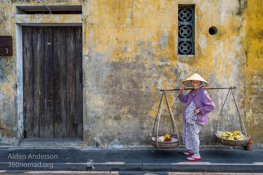 Dai woman selling bananas Hoi An