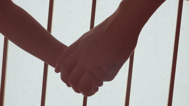 手をつないでいる娘と私