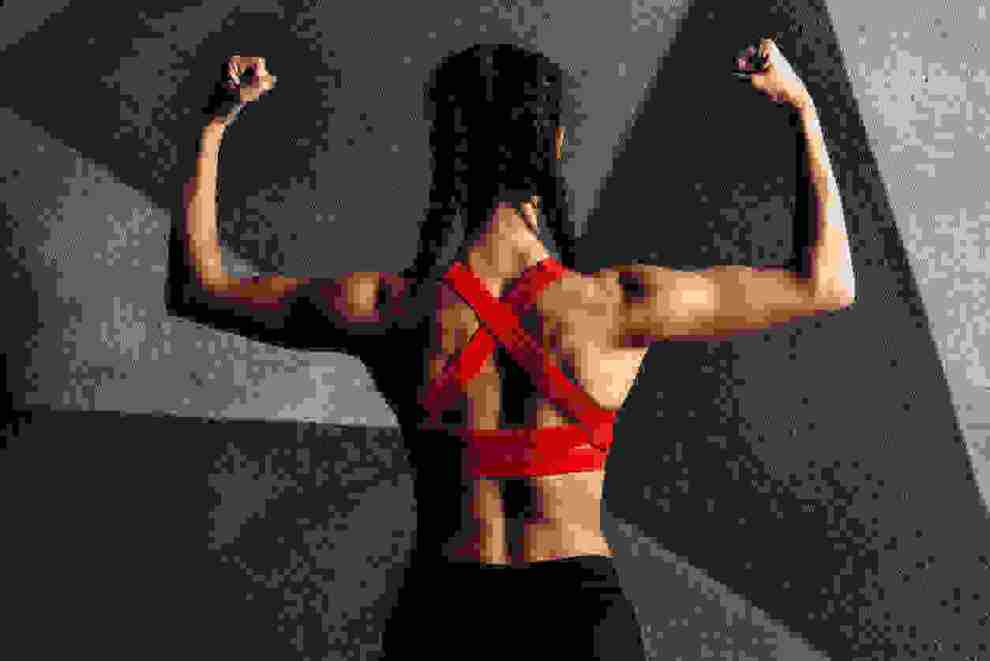 Λίπος στα χέρια; Οι κορυφαίες ασκήσεις της trainer για να κάψεις και να αποκτήσεις γραμμωμένα μπράτσα τώρα!