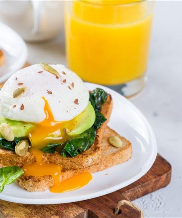 Αυγά ποσέ με αβοκάντο σε φρυγανισμένο ψωμί