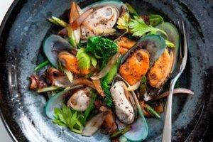 Μύδια με μπρόκολο και κρεμμύδια