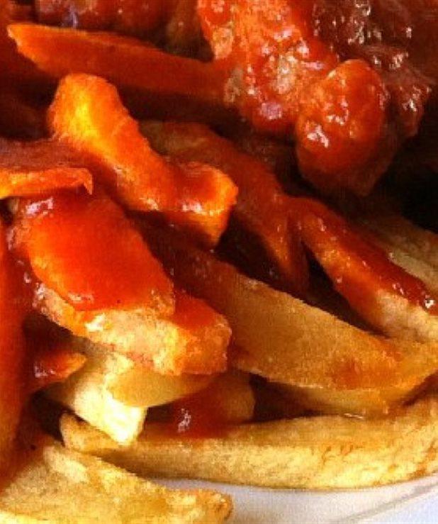 Μοσχαράκι κοκκινιστό με τηγανητές πατάτες