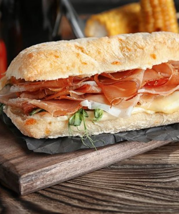 Σάντουϊτς με προσούτο και μπλε τυρί