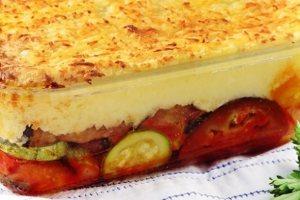 Τουρλού λαχανικών με πουρέ πατάτας και τυρί