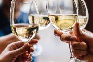 10 καλά ελληνικά λευκά κρασιά που κοστίζουν λιγότερο από 10 ευρώ