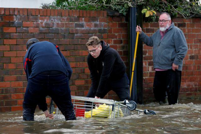 Βόρεια Αγγλία : Πλημμύρες και εκκενώσεις περιοχών – Μια νεκρή
