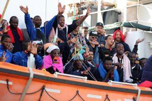 Ιταλία: Κλείνει τα λιμάνια για τους πρόσφυγες