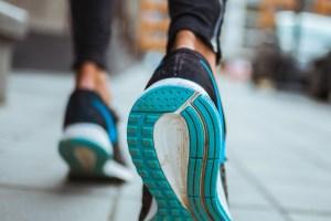 Περπάτημα και οφέλη: Μερικοί βασικοί λόγοι που πρέπει να το βάλουμε στην καθημερινότητά μας - Shape.gr