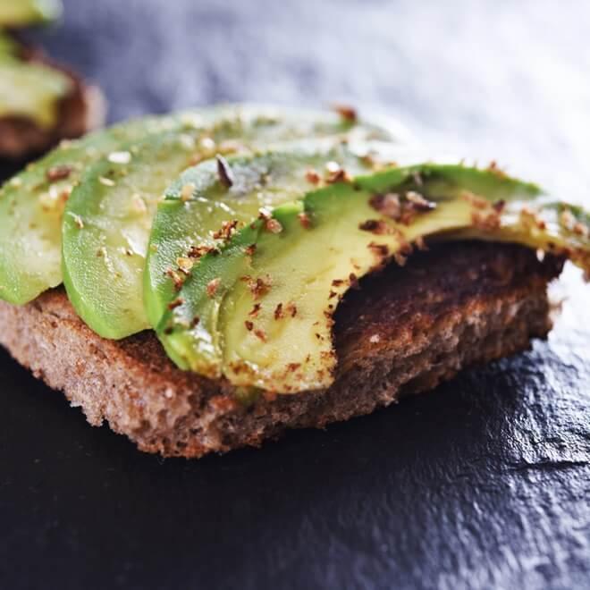 Πώς θα φτιάξεις ψωμί από κινόα (και ένα τέλειο spread με αβοκάντο!) - Shape.gr