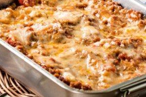 Λαζάνια με σάλτσα κιμά-μπέικον και τυριά