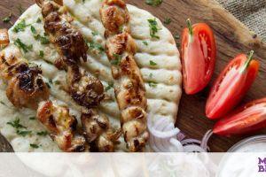 Άκης Πετρετζίκης: Συνταγή για σπιτικό σουβλάκι κοτόπουλο