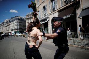 Παρίσι: Συνελήφθησαν διαδηλώτριες τόπλες έξω από το Μέγαρο των Ηλυσίων