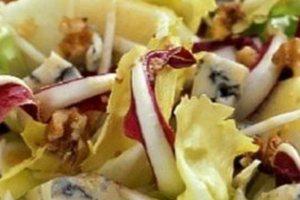 Σαλάτα με μήλο, καρύδια και μπλε τυρί