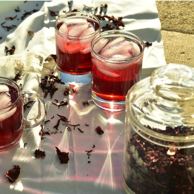 Κρύο τσάι από βότανα: 5 δροσιστικές επιλογές από την Κωνσταντίνα Μερκούρη