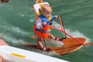 Μπόμπιρας έξι μηνών κάνει water ski και γίνεται viral