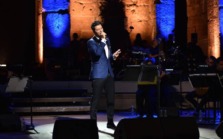 Ο Σάκης Ρουβάς, μάγεψε το κοινό, στην πρώτη του συναυλία στο Ηρώδειο