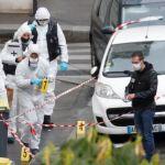 Charlie Hebdo: «Άρωμα» τρομοκρατίας πίσω από την επίθεση με μαχαίρι – Συγκλονιστικές μαρτυρίες