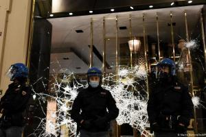 Ταραχές και πάλι λόγω κορωνοϊού στην Ιταλία   DW   27.10.2020