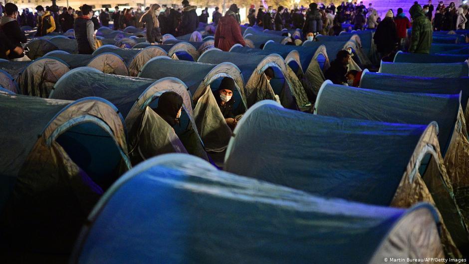 Επιχείρηση σκούπα κατά μεταναστών στο κέντρο του Παρισιού | DW | 24.11.2020
