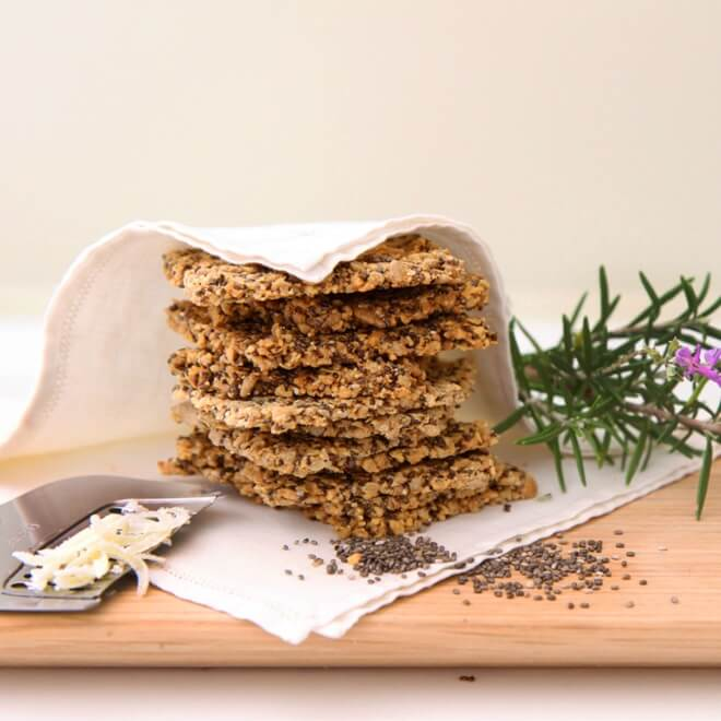 Σπιτικές φρυγανιές με chia και λιναρόσπορο χωρίς γλουτένη από τη διατροφολόγο δρ Ελένη Παπαγιαννίδου - Shape.gr