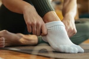 Πρόγραμμα προπόνησης για όλο το σώμα με μοναδικό εξοπλισμό τις κάλτσες σου - Shape.gr