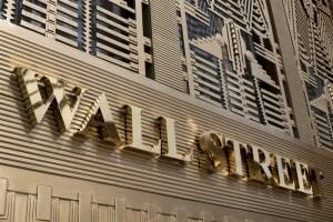 Μικτά πρόσημα στη Wall- Απώλειες 2.4% για Nasdaq
