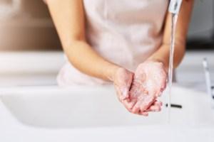 Σκασμένα και αφυδατωμένα χέρια από το πλύσιμο; 5 τρόποι αντιμετώπισης - Shape.gr