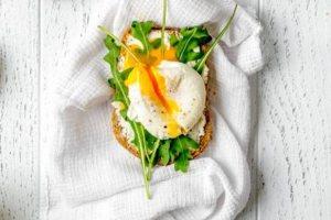 Φρυγανισμένο σάντουιτς με αβγά ποσέ και κατίκι