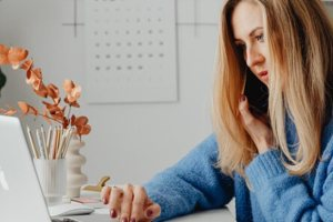 3 tips για να μην επιβαρύνεις τη μέση σου ακόμη κι όταν κάθεσαι ώρες στο γραφείο