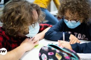 Αλαλούμ στη Γαλλία με το άνοιγμα των σχολείων | DW | 23.04.2021