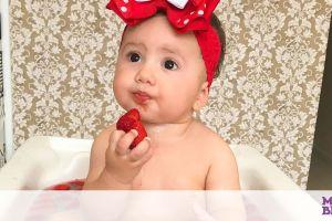 Μαμά λατρεύει να φωτογραφίζει την κόρη της με φρούτα!