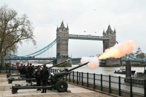Πρίγκιπας Φίλιππος : Κανονιοβολισμοί από το Λονδίνο έως το Γιβραλτάρ για το θάνατό του - Ειδήσεις - νέα - Το Βήμα Online