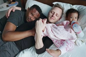Dads: Η γκέι πατρότητα μέσα από τον φωτογραφικό φακό