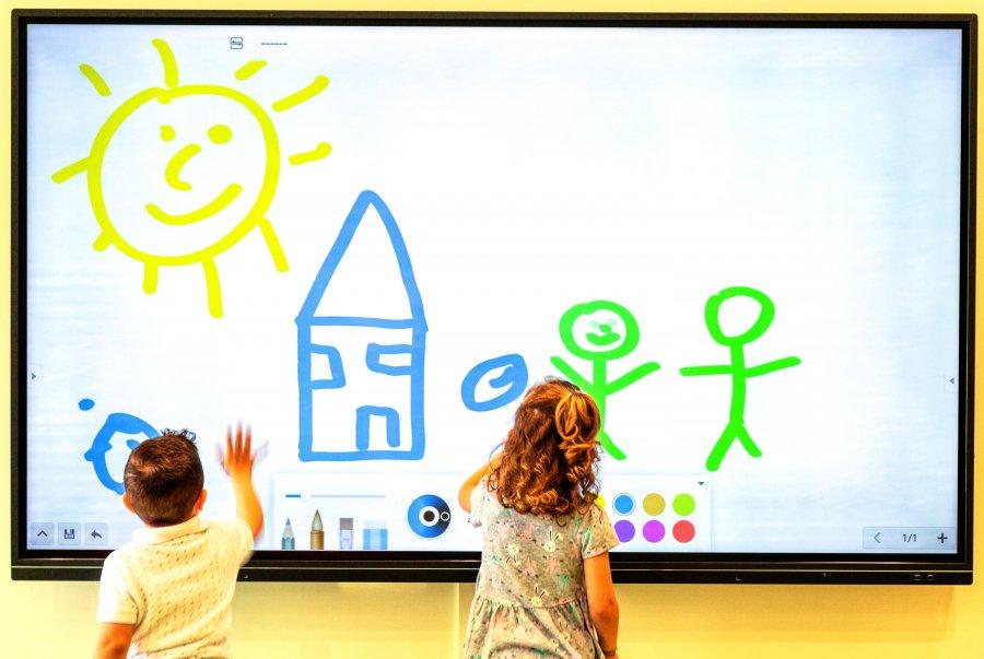 LG: Εξόπλισε τη Λεόντειο Σχολή Νέας Σμύρνης με λύσεις ψηφιακής σήμανσης