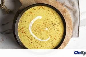 Άκης Πετρετζίκης: Βελουτέ σούπα τυριού με μπρόκολο
