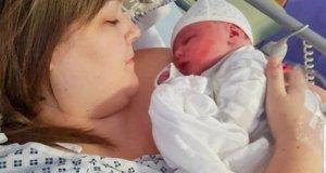 Жена раждаше секцио и в първия момент, когато извадиха бебето тя реши че ражда извънземно [СНИМКИ]