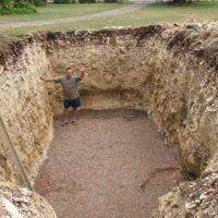 Той изкопа огромна яма в двора и съвсем скоро всички съседи му завиждаха