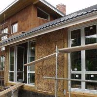 """Като """"Трите прасенца""""! Пернишко семейство си построи къща от 450 бали слама"""