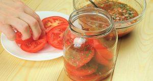 Ред доматчета ред подправки и хоп – в хладилника за 1 нощ. На сутринта всички точим лиги свършва за отрицателно време!
