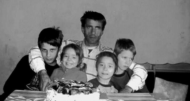 Бащата който отглежда сам четирите си деца
